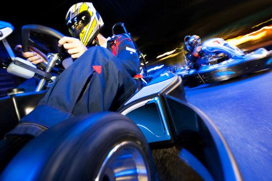 Disfruta de los nuevos karts 270 cc en el Centro Comercial Lakua y refréscate con una consumición antes o después de la carrera ¡Acción sin límites!