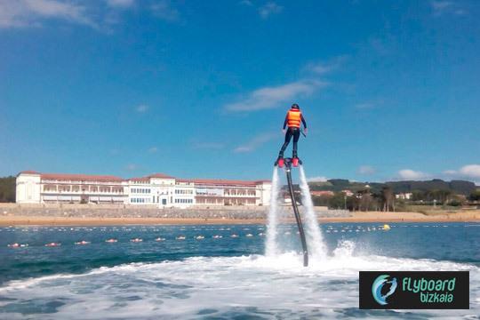 Disfruta de una experiencia única en el mar con una sesión de Flyboard en la playa de Gorliz ¡Único!