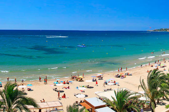 Disfruta de unas vacaciones al sol de Disfruta de Roses en el mes de agosto con 7 noches en régimen de pensión completa en el hotel Prestige San Marc ¡Para 2 adultos y 1 niño!