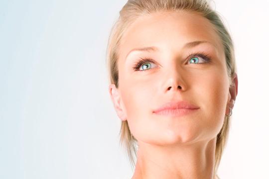 Luce un rostro joven y luminoso con 1 o 3 tratamientos faciales con ácido hialurónico o crema reafirmante en Más que belleza & Bienestar