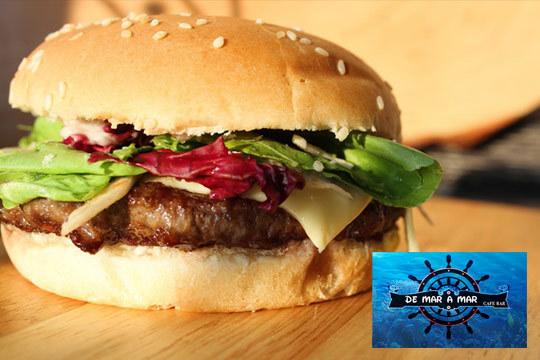 Disfruta de una suculenta hamburguesa de ternera o pollo con queso, bacón, lechuga, pepinillo, cebolla caramelizada y huevo frito ¡Te chuparás los dedos!