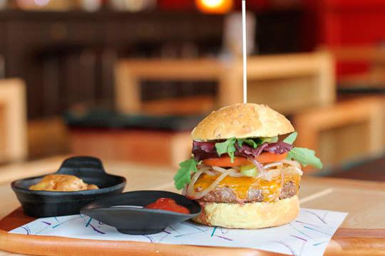 Menú de hamburguesa + patatas bacon y queso + bebida ¡Para 2!
