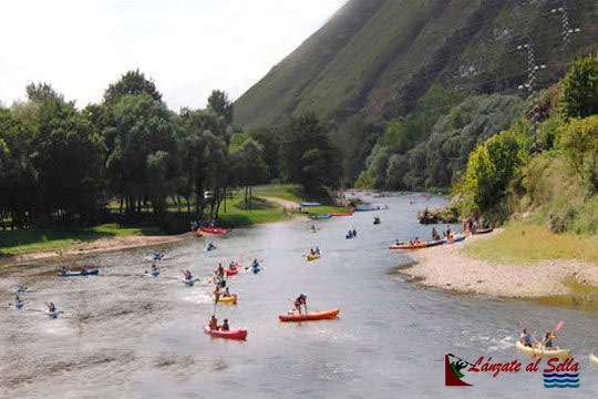 Vive la aventura de hacer el descenso del Sella en canoa empezando desde una rampa de lanzamiento y añade un picnic