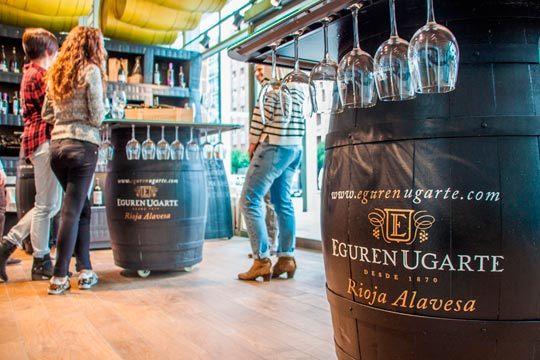 Degusta los caldos más famosos de la enoteca Eguren Ugarte con una cata privada de 4 vinos ¡ Con degustación de queso delicatessen!
