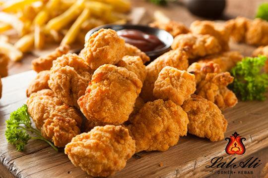 Disfruta en pareja de un sabroso menú de pollo crujiente con entrantes y bebidas ¡Para llevar o comer en uno de los dos locales de Lal Ali!