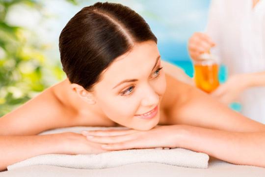 Cuida tu cuerpo con un completo tratamiento corporal en el centro En El Clavo ¡Peeling de oro o cereza + masaje nutritivo!