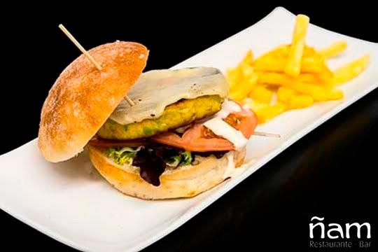 Saborea una espectacular hamburguesa con patatas y bebida en el Centro Comercial Txingudi ¡Calidad y selección de productos!