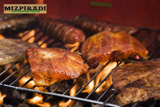 Disfruta de un plan gastronómico en plena naturaleza con un menú de pollo, cerdo, ternera o txitxarro en Mizpiradi ¡Y mucha sidra al txotx!
