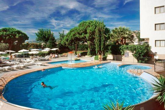 Disfruta de unas merecidas vacaciones de playa en Semana Santa con 3 o 4 noches en media pensión en el hotel Aqua Montagut 4* en Santa Susana