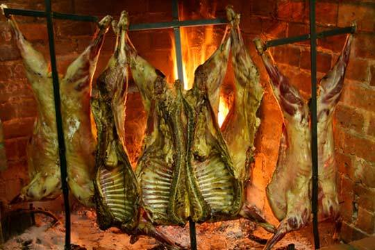 Este verano date un homenaje gastronómico en Astigarraga con un excelente menú en Rezola Sagardotegia ¡Con chorizo a la sidra, cordero o cochinillo al burduntzi, pimientos rellenos de bacalao y mucho más!