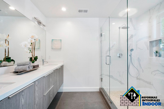 Renueva tu hogar empezando por el baño: Cambia tu antigua bañera por una funcional ducha con mampara ¡Con los mejores profesionales!