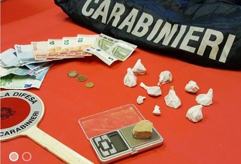 Si libera della droga alla vista dei Carabinieri, denunciato
