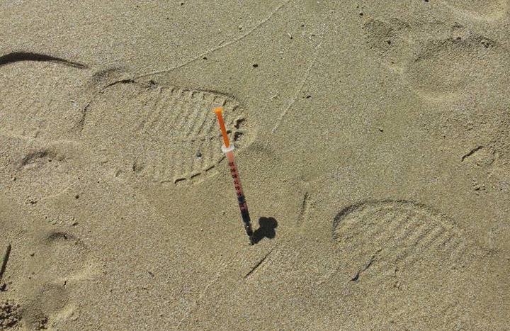 Lungomare nord, dalla sabbia spunta una siringa: lo sdegno corre sul web