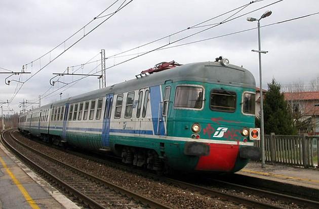Sassi contro il treno Roma-Campobasso, ferito un passeggero