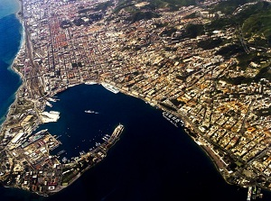 Porto di Messina: nave da crociera crea un'onda che travolge il porticciolo e le piccole imbarcazioni