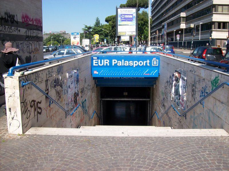 Roma, chiedono a due ragazzi di non fumare in metro: aggrediti, uno ? grave