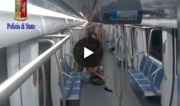"""Roma, """"Qui non si può fumare"""": le immagini del pestaggio sulla metropolitana (VIDEO)"""