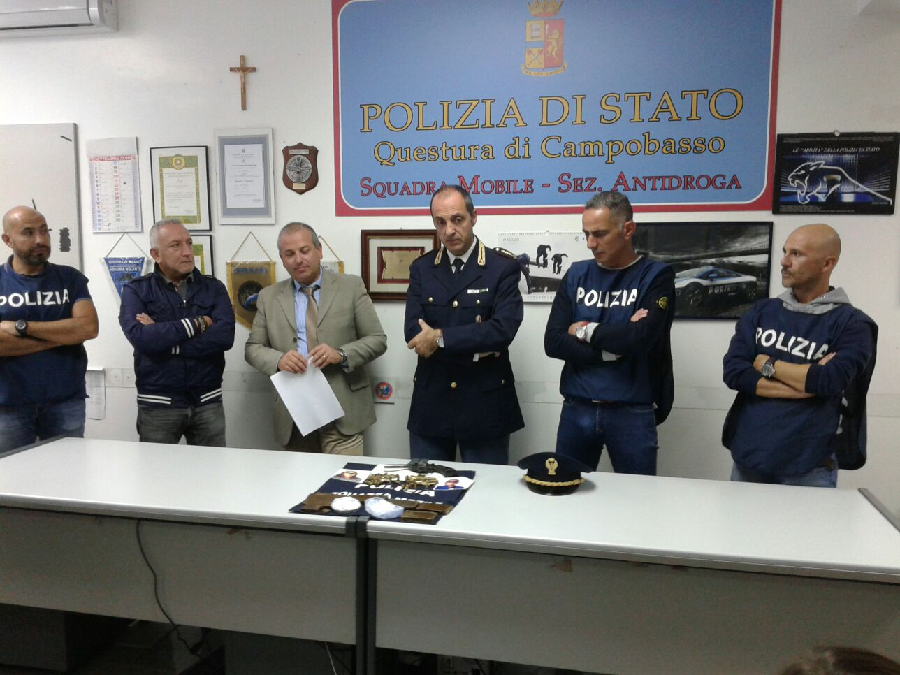 Pistola, proiettili, droga e… cannoli siciliani: arrestata dalla Mobile coppia di Agrigento