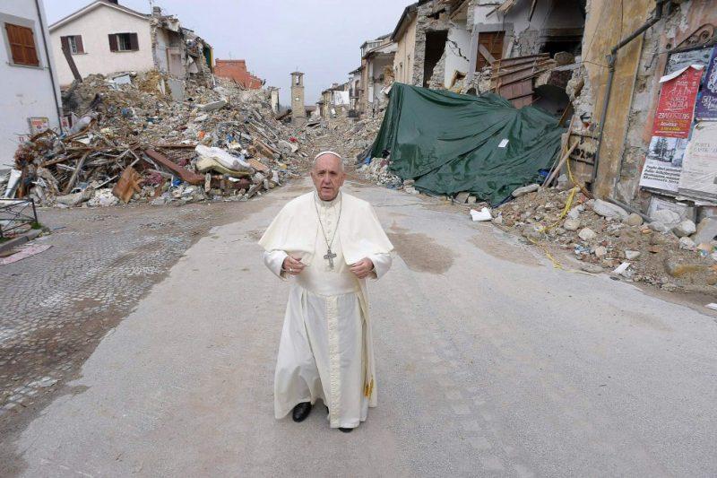 """Terremoto, il Papa fra le macerie: """"Vi porto mia solidariet?, ho aspettato per non dare fastidio"""""""