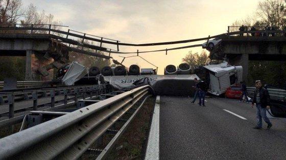 Crolla un cavalcavia tra Milano e Lecco, tir travolge due auto