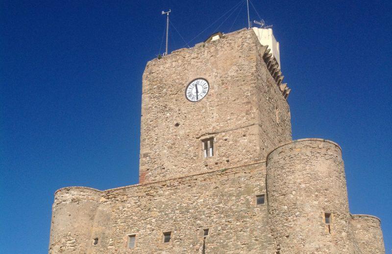 Il terremoto ha rimesso in funzione le lancette dell'orologio del castello