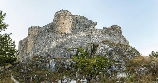 Trasformare il castello di Roccamandolfi in un resort, al via il concorso di idee