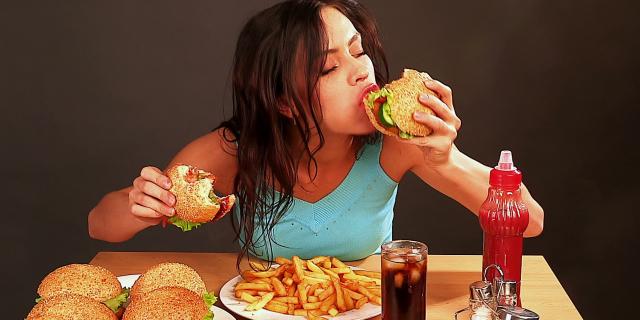 """""""Mangia tanti grassi e vivrai sano"""". Nuovo studio rivoluzionario fa discutere la comunità medica"""