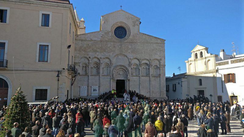 Termoli in lutto, in migliaia per l'ultimo saluto a Don Ulisse