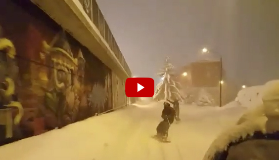 Snowboard in città 'trainati' da una macchina (IL VIDEO)