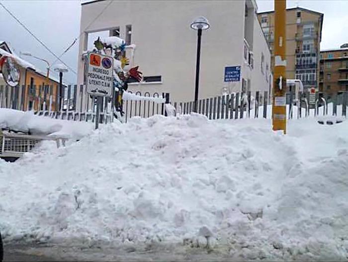 Cumuli di neve davanti all'ingresso del centro di salute mentale, la protesta