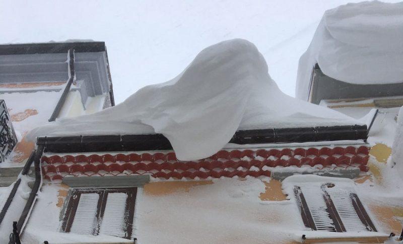Ghiaccio e neve sui cornicioni, il Comune mette a disposizione due elevatori con cestello