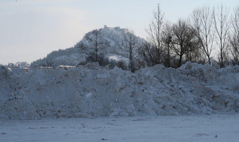 Pulizia strade nella notte, a Selvapiana montagne di neve