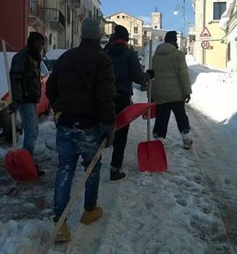 Casacalenda, emergenza neve: i giovanissimi richiedenti asilo danno il loro aiuto