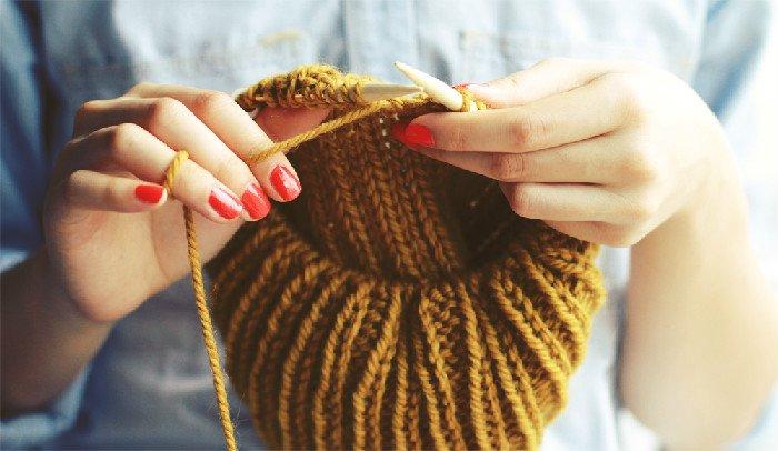 Moda – Knitters mania, l'arte del lavoro a maglia conquista ragazze di tutte le età