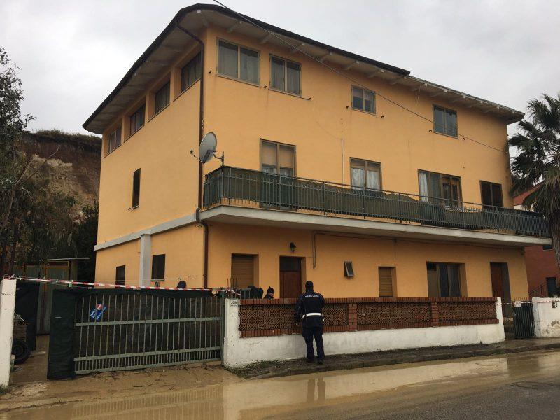 Costone frana su un'abitazione, famiglia evacuata