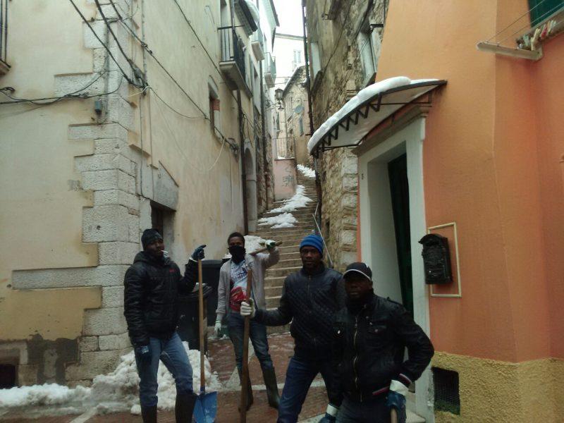 Pulizia delle strade, migranti di nuovo in prima linea