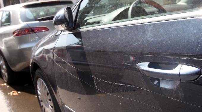 Vandali in Via dei Mulini, prese di mira le auto in sosta