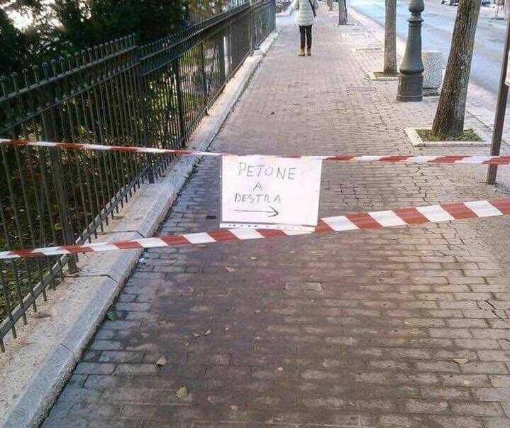 'Petoni a destra', l'errore sul cartello stradale impazza sul web
