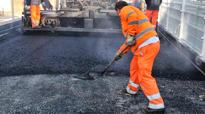 Buche e crepe sulle strade, il Comune interviene con 19 tonnellate di asfalto