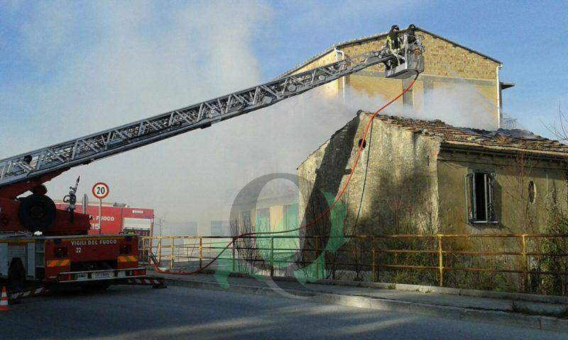 Campobasso. A fuoco casa disabitata, intervengono i Vigili
