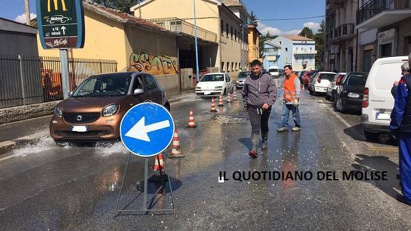 Improvvisa rottura di una condotta idrica, disagi in via Duca d'Aosta