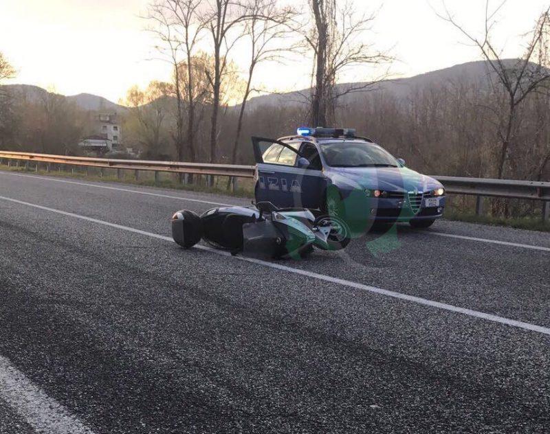Cade dalla moto in curva, non è grave