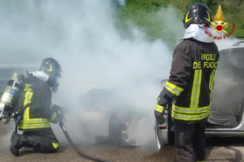 Termoli. Autovettura in fiamme, intervengono i Vigili del fuoco FOTO