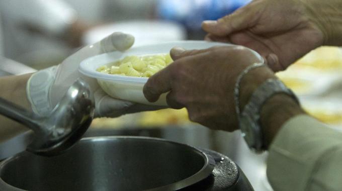 Tenta di aggredire la cuoca con un coltello, caos nel centro accoglienza