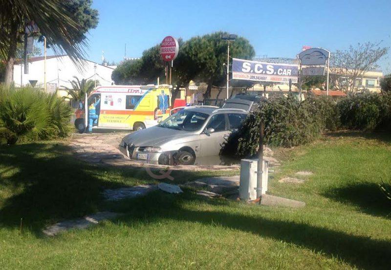 Nella fontana della rotatoria con l'auto, rocambolesco incidente