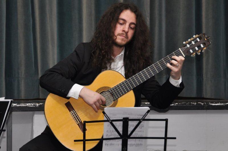 INIZIATIVE – Nobile e speranzosa chitarra nei corridoi del Cardarelli