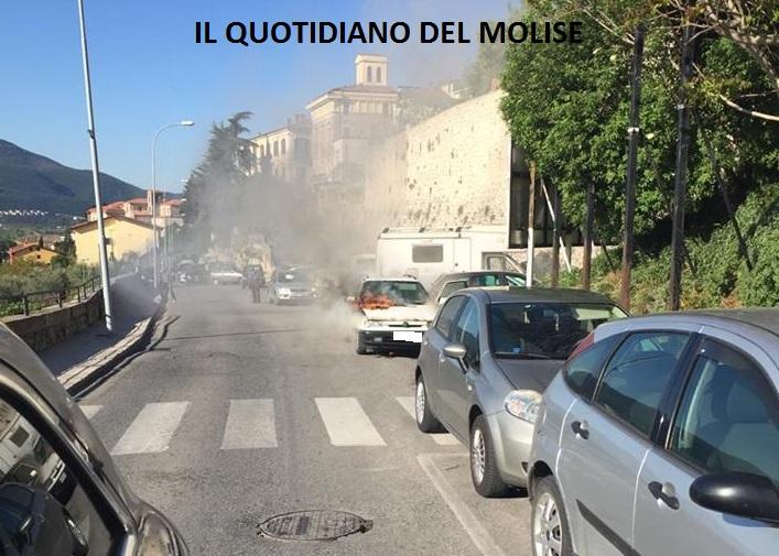 Auto in fiamme a Isernia (LA SEGNALAZIONE)