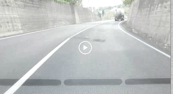 Tangenziale Est, nuove buche dopo il rifacimento dell'asfalto (SEGNALAZIONE-VIDEO)