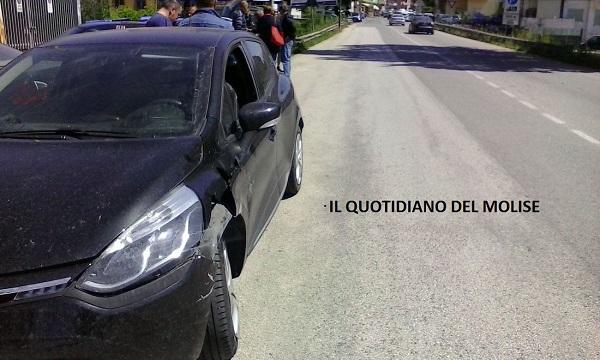 Via Colonia Giulia, scontro tra due auto