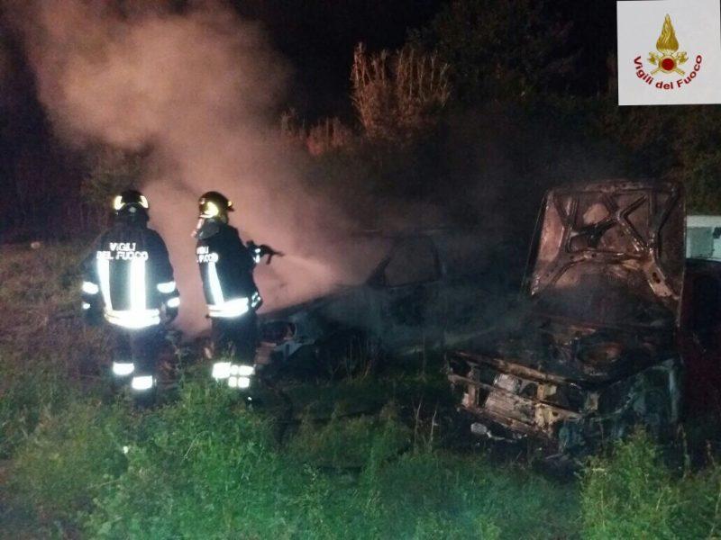 Quattro auto in fiamme nella notte, indaga la Polizia